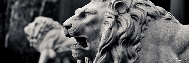 B&W photo of an angry lion statue.